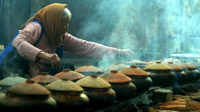 Người dân làng Vũ Đại kho cá vào dịp Tết